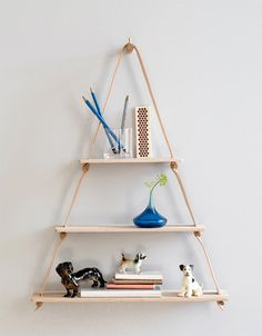 Utilizando materiais naturais, como couro e madeira, o estúdio de design dinamarquês By Wirth  desenvolveuessa estante de parede. Com form...