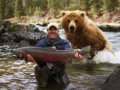 Look at My Big Fish! Why Are You Running Away? Bear Hunting Photobomb: This guy is in for a big surprise and will probably shit in his pants in 3 2 Animals And Pets, Funny Animals, Cute Animals, Funniest Animals, Animal Fun, Wild Animals, Meanwhile In Canada, Funny Bears, Tier Fotos