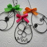 Easter decor, but bigger. Wire Crafts, Metal Crafts, Spring Crafts, Holiday Crafts, Easter Crafts, Crafts For Kids, Easter Decor, Homemade Gifts, Diy Gifts