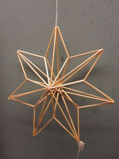Straw Sculpture, Cardboard Sculpture, Diy Straw, Office Christmas Decorations, Star Diy, Deco Originale, Christmas Star, Camping Crafts, Diy Arts And Crafts
