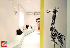 Oficina servicio pediatrico decorada por el estudio de arquitectura Block722+ con varios vinilos infantiles y bebés de E-Glue http://www.e-glue.fr/es/21-vinilos-infantiles-kits-vinilos
