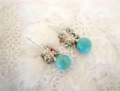 Brincos semi joia folheados a prata com cristais irisados Jablonex e pedras de turquesas naturais.  Não alérgico!  tamanho: 6cm R$ 39,90