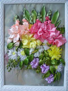 Мастер-класс посвящен прекрасному цветку осени — гладиолусу. Как приятно нести букет гладиолусов на 1 Сентября любимым учителям, выращивать на даче, да просто любоваться ими. Я предлагаю гладиолусы вышить! Существует несколько разных способов вышивки данного цветка, я покажу один из них. Для этого мне потребуется: ткань, лента атласная 5 см для цветов и 2,5 см для листьев, пяльца, нитки, 2 иглы (обычная и с широким ушком), ножницы, свеча.