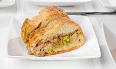 bocata de pollo asado con guacamole. Un bocadillo sencillo para la merienda o el almuerzo con pan de chapata relleno de pollo asado, tomate y salsa guacamole.