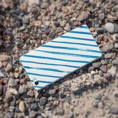 Uns ist kalt! Aus diesem Grund versetzen wir uns heute gedanklich zurück in unseren letzten Sommerurlaub. Neben der Sonnenbrille und den Flip-Flops darf unser Streifen-Case bei einem entspannten Strandspaziergang nicht fehlen.  Den Link zur Hülle findet ihr in der Bio und hier: http://ift.tt/2fOZsc1  #stonesandstripes #streifenmeetsstrand #urlaubsfeeling #caselovers #kwmobile #winteriscoming