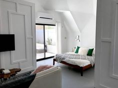 Entire home/apt in Joshua Tree, US. One of the best locations in Joshua Tree! Gorgeous, modern, light and airy geodesic studio with high ceilings with a private patio, bocce ball court, and other little hangout areas. 5 minutes from downtown Joshua Tree, restaurants, and the Noah Pu...