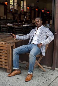 O blazer xadrez claro é uma ótima escolha para o jeans e o sapato ficou excelente na combinação.
