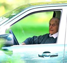 So Thats Why They Call It A Curtsey Car Autumn Phillips Kneels To The Majestic Driver Of Royal Range Rover