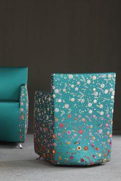 cadeira com bordados de maurizio galante