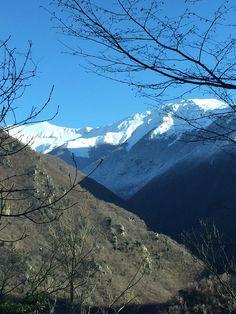 Le nostre montagne innevate con un cielo che è sempre più blu...