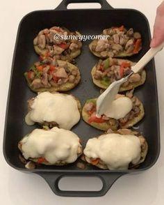 """4,050 Beğenme, 53 Yorum - Instagram'da Sümeyye Acartürk (@sumeyyeomer): """"Hayırlı iftarlar canlar Bugün öyle güzel bir tarifim var ki, bayılacaksınızPatateslerin üzerine…"""" Iftar, Lunch Recipes, Meat Recipes, Cooking Recipes, Italian Chicken Dishes, Potato Dishes, Turkish Recipes, Different Recipes, Food Videos"""