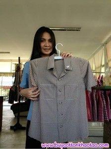เสื้อเชิ้ตลายสก็อตผลิตจากผ้าฝ้ายชั้นดีหรือที่ชาวต่างชาติเรียกว่าผ้าcotton โดยเสื้อเชิ้ตลายสก็อตที่นี้จะใช้ผ้าcotton 100% โดยตัวผ้ามีความเรียบเนียนเมื่อสวมใส่จะไม่เกิดการระคายเคื่อง และตัวผ้ายังมีลวดลายสลับไปมาที่ไม่เหมือนใคร เมื่อนำไปซักสีของผ้าก็จะไม่ตกใส่ผ้าตัวอื่น โดยตัวเสื้อเชิ้ตลายสก็อตจะมีให้เลือกหลากหลายสีและหลากหลายไซต์แล้วแต่รสนิยมของผู้สวมใส่ สามารถมาดูรายละเอียดของสินค้าได้ที่ http://www.khaotaocotton.com ได้เลยค่ะ