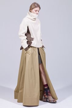 The complete Sacai Pre-Fall 2018 fashion show now on Vogue Runway. Fashion Art, Love Fashion, Fashion News, Fashion Outfits, Womens Fashion, Fashion Design, Fashion Shoes, Autumn Fashion 2018, Fall Fashion Trends