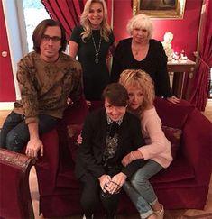 Алла Пугачева шокировала своим образом на вечеринке Юдашкина http://kleinburd.ru/news/alla-pugacheva-shokirovala-svoim-obrazom-na-vecherinke-yudashkina/  Самый известный модельер страны Валентин Юдашкин отметил свое 53-летие. Его коллекция произвела настоящий фурор неделе моды в Париже, с чем его также поздравляли гости.наНа торжество мэтр и его супруга пригласили близких друзей, в числе которых была Алла Пугачева с мужем Максимом Галкиным. Общая фотография присутствующих была размещена в…