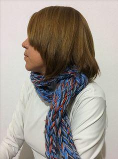 Bufanda tejida con los dedos lana 100% acrilica   10 ovillos de 25g = 250g aproximadamente / By: GM