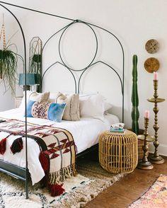 Chambre bohème et ethnique avec son tapis berbère et sa table de nuit en rotin