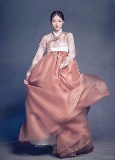 Nao Kanzaki's Japanese and Korean drama emporium: Bae Suzy: A little bit of this and that. Korean Traditional Dress, Traditional Fashion, Traditional Dresses, Hanbok Wedding, Korean Princess, Korean Blouse, Korea Dress, Korean Hanbok, Korean Outfits