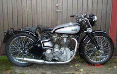 British Motorcycles, Vintage Motorcycles, Custom Motorcycles, Cars And Motorcycles, Vintage Cafe Racer, Vintage Bikes, Classic Bikes, Classic Cars, Classic Motorcycle