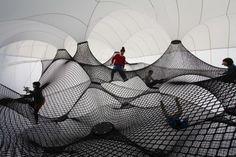 Voici un projet ludique sur l'architecture exposé à travers une installation itinérante. Cette aire de jeu gonflable dispose d'une grande co...