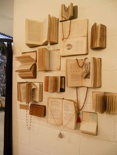 Jewelry Book Display More jewelry organizer wall display ideas Easy And Beautiful DIY Projects Made With Old Books 2017 Books Decor, Book Decorations, Fur Vintage, Vintage Books, Vintage Ideas, Vintage Walls, Antique Books, Vintage Library, Vintage Photos