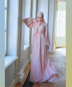 Beautiful Gown Designs, Beautiful Gowns, Beautiful People, Modern Hijab Fashion, Muslim Fashion, Muslim Wedding Dresses, Bridesmaid Dresses, Hijab Style, Hijab Dress