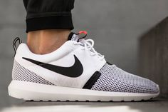 More tidy stuff here from Nike's Roshe Run franchise here. The Natural Motion Breeze rendition of the crispy, hot Sunday Roshe is served up in a simple black and white treatment with a sizzling spot …