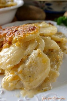 These Cheesy Garlic Scalloped Potatoes from Great Grub, Delicious Treats are loaded with flavor. These tasty taters are totally scrumptious! Twice Baked Potatoes, Sliced Potatoes, Cheesy Potatoes In Oven, Mashed Potatoes, Russet Potatoes, Cheesy Potato Casserole, Scalloped Potato Recipes, Pioneer Woman Scalloped Potatoes, Dinner Side Dishes