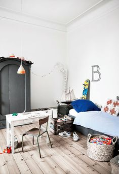 Lovely vintage room design. Perfect teenager space.