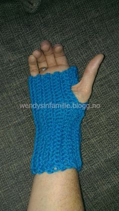 fingerless glows fingerløse hansker crochet hekle Crochet Things, Fingerless Gloves, Arm Warmers, Glow, Crafts, Blogging, Mittens, Manualidades, Cuffs
