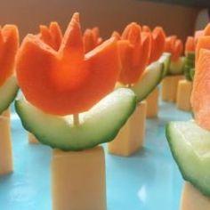 Deze borrelhapjes in de vorm van oranje tulpen sieren elk feestje! Het is lekker, makkelijk en feestelijk Hollands. Leuk voor tijdens het WK.