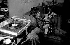 Listen to music from Jeff Beck like Isolation, Cause We've Ended as Lovers & more. Find the latest tracks, albums, and images from Jeff Beck. Retro Record Player, Record Players, Guitar Players, Music Pics, Music Images, Music Stuff, Vinyl Record Shop, Vinyl Records, Rock Band Photos