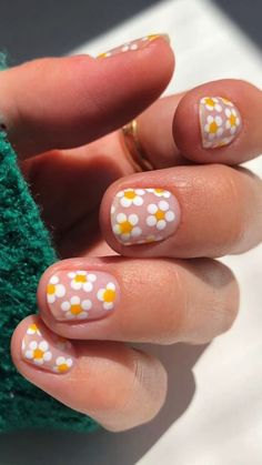 Daisy Nails, Flower Nails, Nails With Flower Design, Nail Flowers, Daisy Nail Art, Pastel Nail Art, Flower Nail Designs, Do It Yourself Nails, Funky Nails