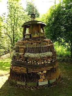Insect hotel (for attracting and keeping beneficial insects in your garden) Garden Bugs, Garden Insects, Garden Art, Garden Design, Bug Hotel, Mason Bees, Beneficial Insects, Garden Projects, Garden Inspiration