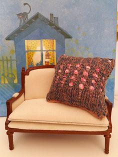 echelle 1.6 coussin violet et rose laine et tissu de la boutique 3huttesetunecase sur Etsy