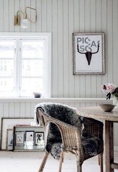 Hjemme hos Othillia Thalund: Her er mit sommerhus Summer House Interiors, Scandinavian Cottage, Gravity Home, Beach House Decor, Home Decor, Rustic Chair, Romantic Cottage, Lounge, Rustic Interiors