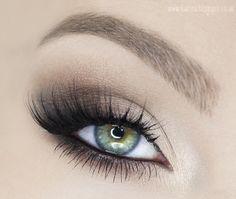 Rozświetlony, wydłużający oko klasyczny makijaż