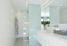 Baño principal blanco y gris. Alicatado Porcelanosa,microcemento gris, grifería empotrada TREEMME, lavabo integrado,mueble a medida lacado blanco, inodoro suspendido Roca GAP. KALEIDOSCOPE Diseño de espacios.