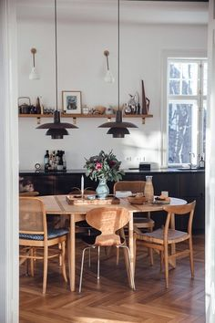 home decor scandinavian Home Tour with Anders Forup in Copenhagen - scandinavian kitchen - danish apartment. With mid-century modern chairs and lighting. Scandinavian Kitchen, Scandinavian Interior Design, Interior Design Kitchen, Scandinavian Furniture, Nordic Design, Scandinavian Lighting, Danish Kitchen, Scandinavian Apartment, Modern Interior