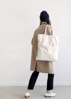 6f8a0ada5ad Trench, white penny loafers and canvas bag. Styles Urbains, Classic Style,  Classic