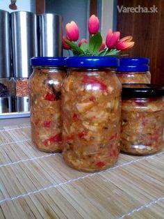 Hubová nátierka na hrianky (fotorecept) 1 kg pevné čerstvé huby (dubáky, suchohríby, kuriatka....) 600 g paprika 500 g cibuľa 150 ml olej 150 ml kečup 1,5 KL soľ 1,5 KL mčk 3 KL vegeta 3-4 strúčiky cesnak podľa chuti feferónka Huby, papriku a chilli nakrájame na kúsky. Cibuľu nadrobno a osmažíme na oleji. Pridáme papriku, opražíme, a pridáme huby. Podusíme, ochutíme, vychladnúť. Potom rozmixujeme, mierne, aby zostali aj kúsky húb. Plníme do pohárov a sterilizujeme 45 min pri 100°