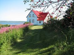 Ile Verte, Québec Canada Destinations, Red Cottage, Quebec City, Canada Travel, Old Houses, Seaside, Beautiful Places, Around The Worlds, Country Roads