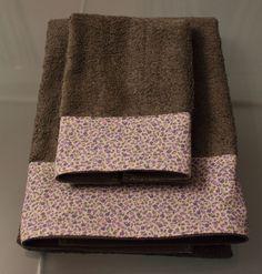 Aprende como decorar unas toallas con un trozo de tela sobrante.