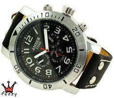 Ανδρικό ρολόι σε μαύρο χρώμα με λευκές λεπτομέρειες στο καντράν. Λουράκι σε μαύρο χρώμα από δερματίνη με λευκές ραφές. Διάμετρος καντράν 50 mm.