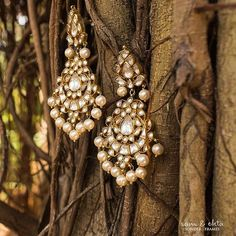 These jadau earrings have definitely made it to the top of our lust list! India Jewelry, Jewelry Sets, Gold Jewelry, Jewelery, Wedding Ring Photography, Jewelry Photography, Bridal Earrings, Wedding Jewelry, Wedding Rings