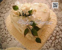 Bella Torta de matrimonio forma de corazón en finos detalles de masa elástica.