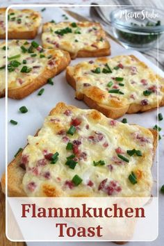 Flammkuchen Toast mit Speck und Zwiebeln – MeineStube Recipe for tarte flambée with creme fraich, bacon and onions. If you like tarte flambee you will … Toast Pizza, Pizza Pizza, Pizza Snacks, Steak Recipes, Salmon Recipes, Cooking Recipes, Drink Recipes, Breakfast Desayunos, Snacks Sains
