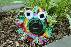 This Funky Flower Lens Buddy FREE Crochet Pattern is super cute and perfect for all those family snaps.