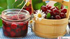 Per poter assaporare le ciliegie tutto l'anno è possibile metterle sotto spirito. Bastano pochi ingredienti fondamentali: ciliegie, alcol e zucchero.