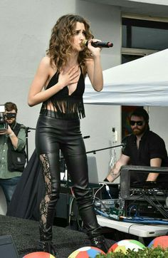 Laura Marano performs at Elizabeth Glaser Pediatric Aids Foundation A Time For Heroes festival Vanessa Marano, Laura Marano, No Panty Day, Glamour, Female Poses, Beautiful Celebrities, Female Celebrities, Beautiful Women, Disney Girls