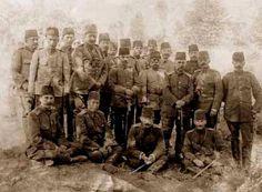 Selanik 1909 Mustafa Kemal sağ önde tatbikatta subaylarla birlikte